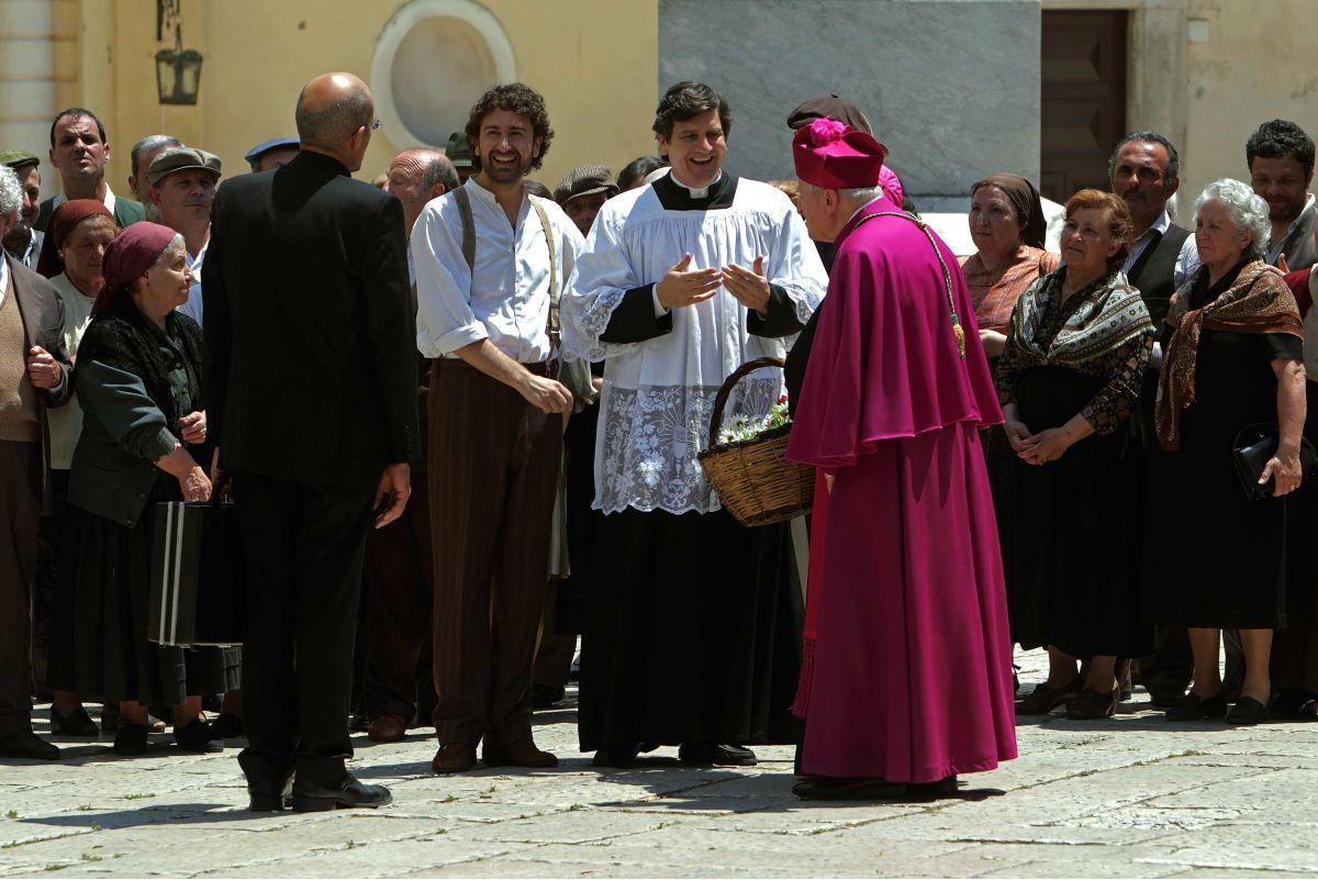 Alessandro Siani e Fabio De Luigi accolgono le autorità ecclesiastiche in una scena della commedia 'Si accettano miracoli'