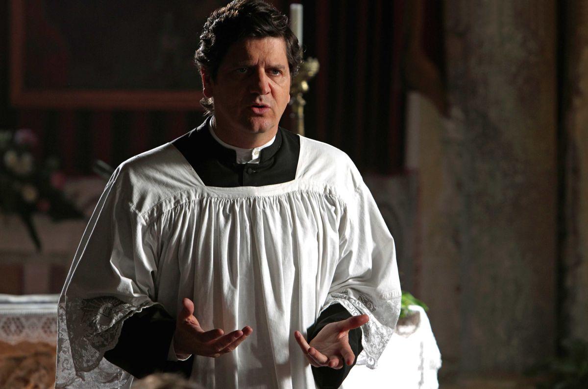 Si accettano miracoli: Fabio De Luigi è Don Germano in un momento del film