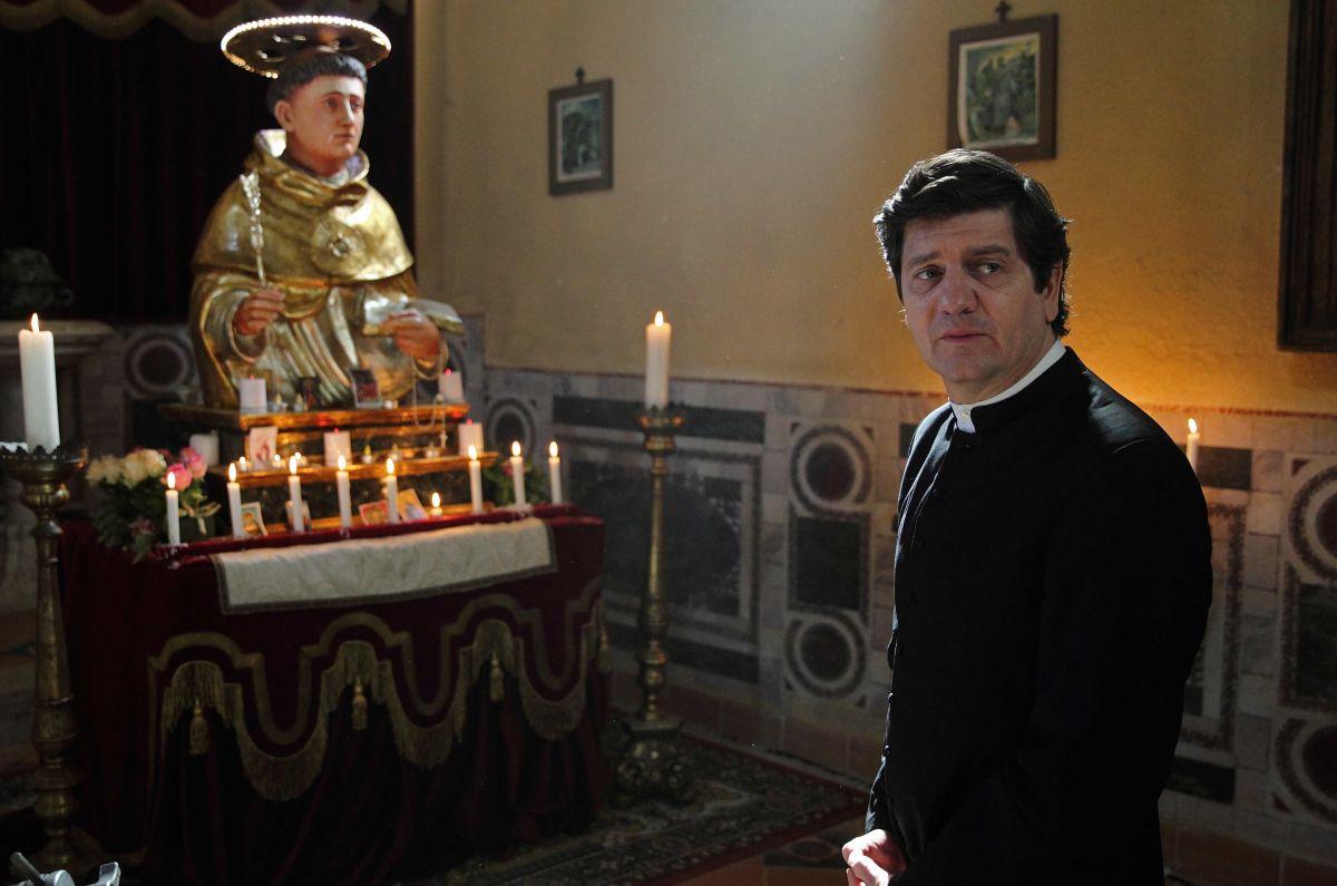 Si accettano miracoli: Fabio De Luigi nei panni di Don Germano in una scena del film