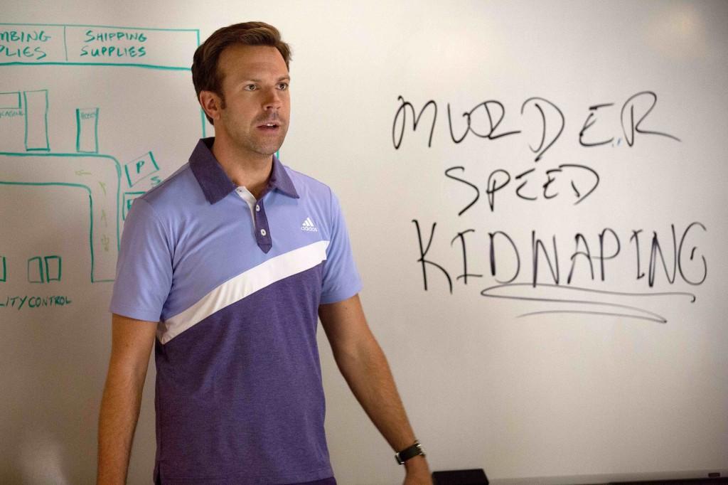 Come ammazzare il capo 2: Jason Sudeikis nei panni di Kurt escogita un piano di rapimento in una scena del film