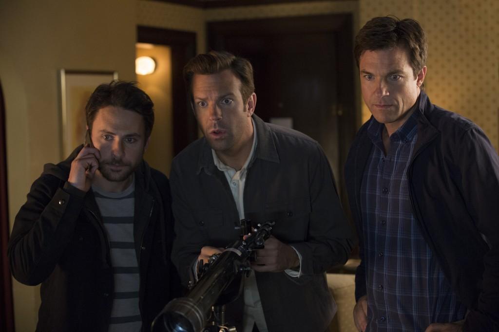 Come ammazzare il capo 2: Jason Bateman, Jason Sudeikis e Charlie Day in una scena del film