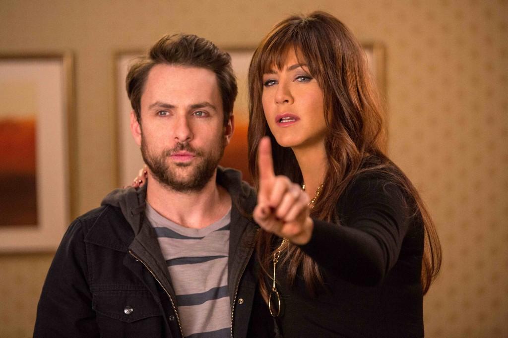 Come ammazzare il capo 2: Charlie Day insieme a Jennifer Aniston in un'immagine del film