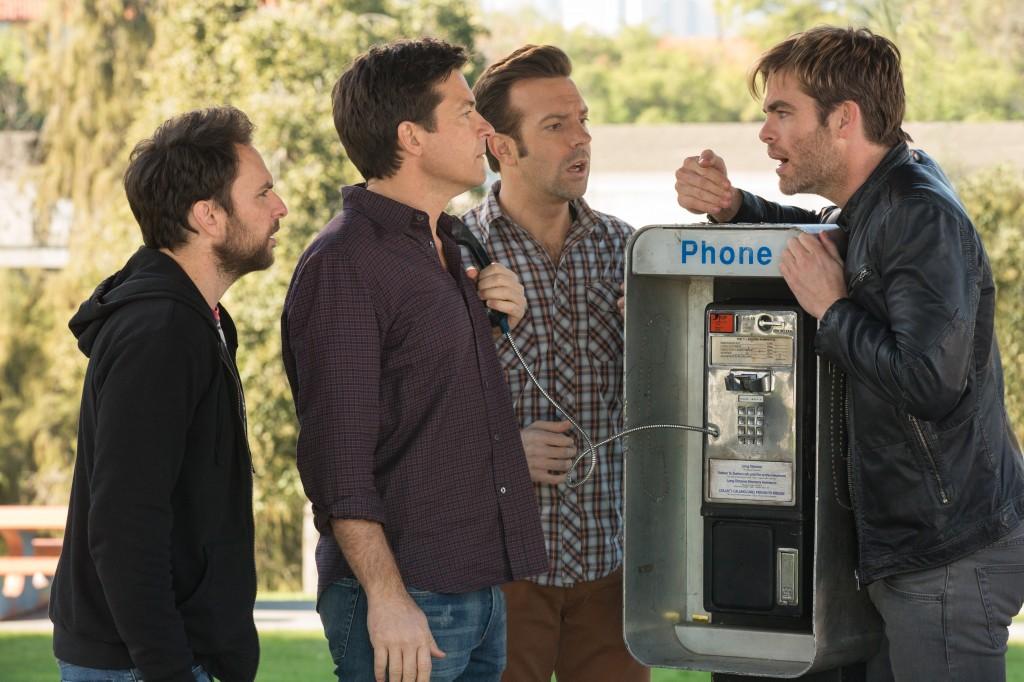Come ammazzare il capo 2: Jason Bateman, Charlie Day e Jason Sudeikis rapitori di Chris Pine in una scena del film