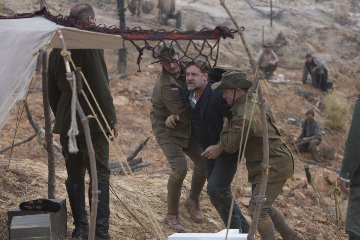 The Water Diviner: Russell Crowe, protagonista e regista del film, in una concitata scena