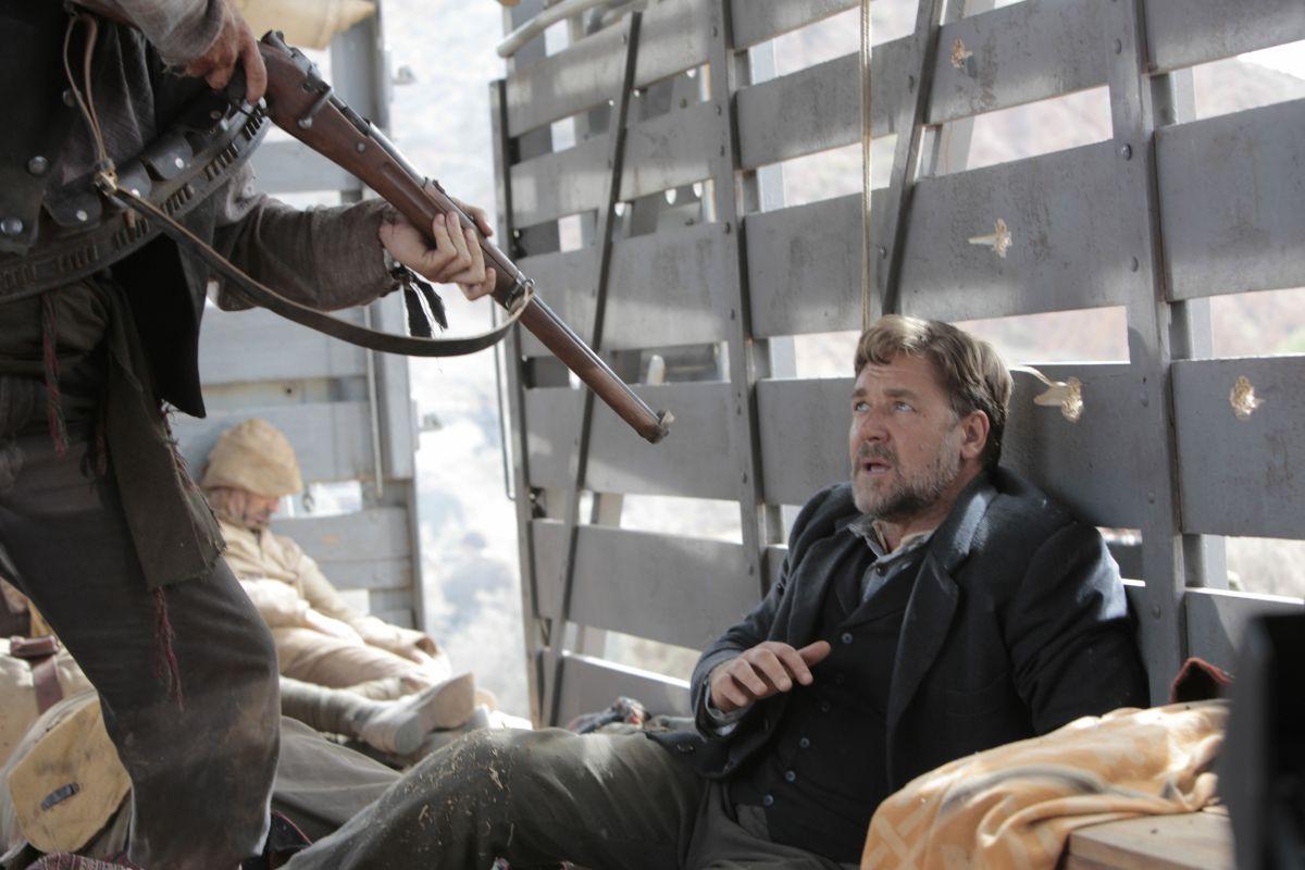The Water Diviner: Russell Crowe con le spalle al muro in una drammatica scena del film