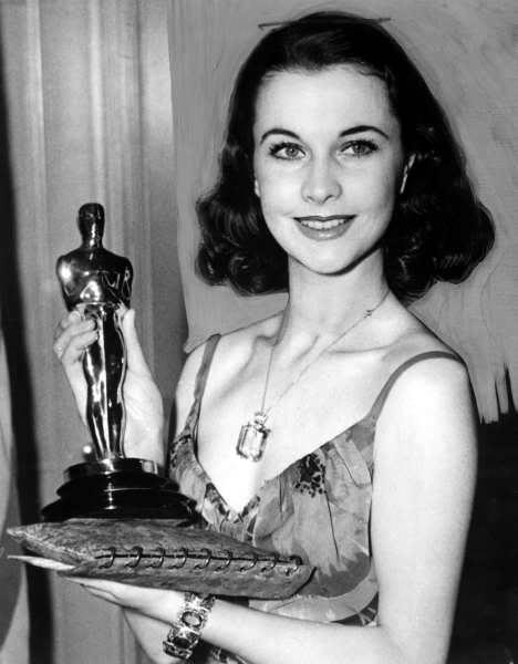 Vivien Leigh con l'Oscar ricevuto per il ruolo di Scarlet O'Hara in Via col vento