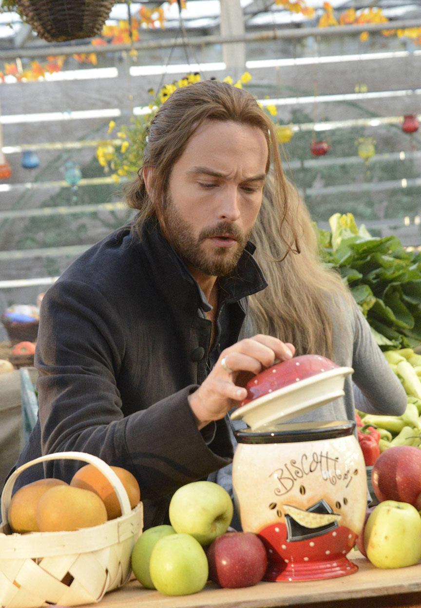Sleepy Hollow: Tom Mison interpreta in una scena dell'episodio intitolato Paradise Lost