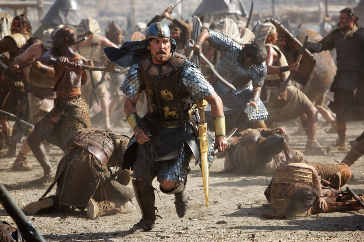 Exodus - Dei e Re: Christian Bale nei panni di un battagliero Mosè in una scena action del film