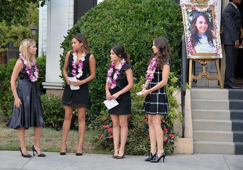 Pretty Little Liars: Ashley Benson, Shay Mitchell, Lucy Hale e Troian Bellisario in una scena di Through a Glass, Darkly