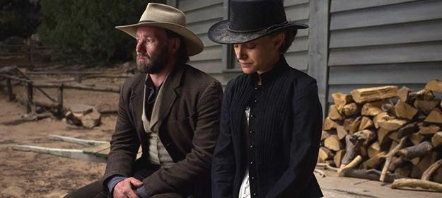 Jane Got A Gun: Natalie Portman e Joel Edgerton in una scena del film