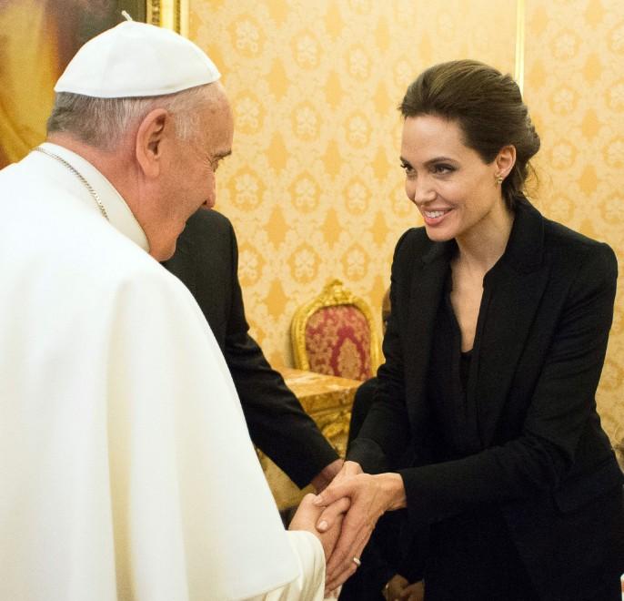 Angelina Jolie incontra Papa Francesco nel 2015 per la presentazione di Unbroken in Vaticano