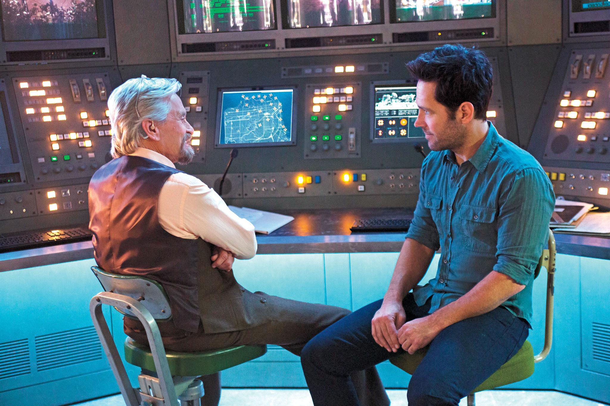 Ant-Man: Paul Rudd e Michael Douglas seduti in una scena