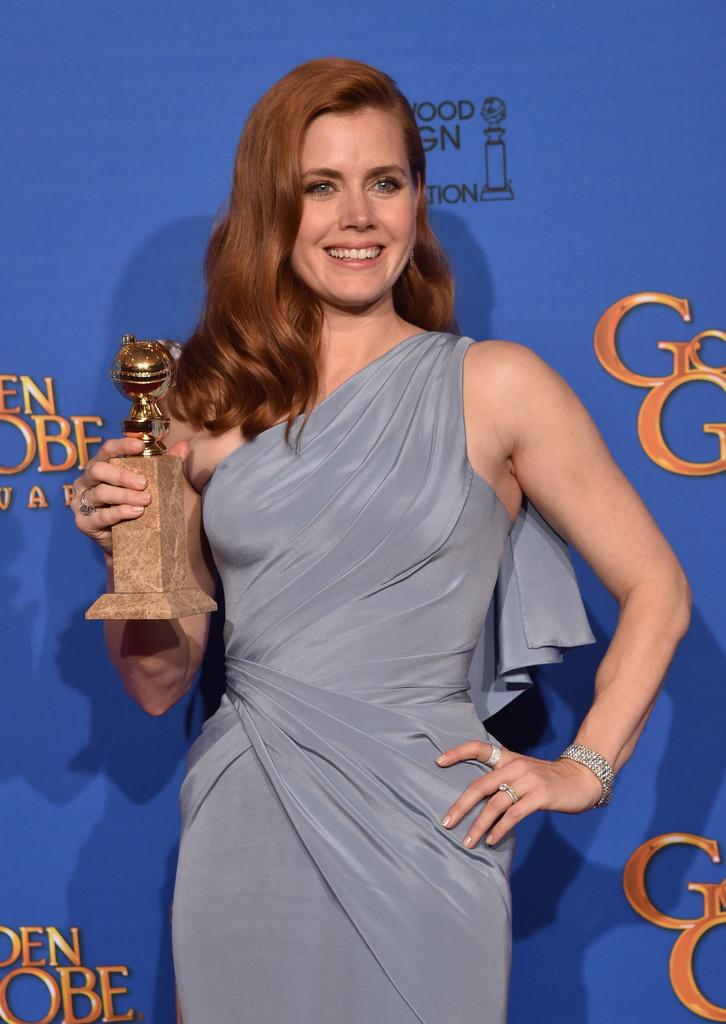 Amy Adams ai Golden Globes 2015, con il premio vinto per Big Eyes