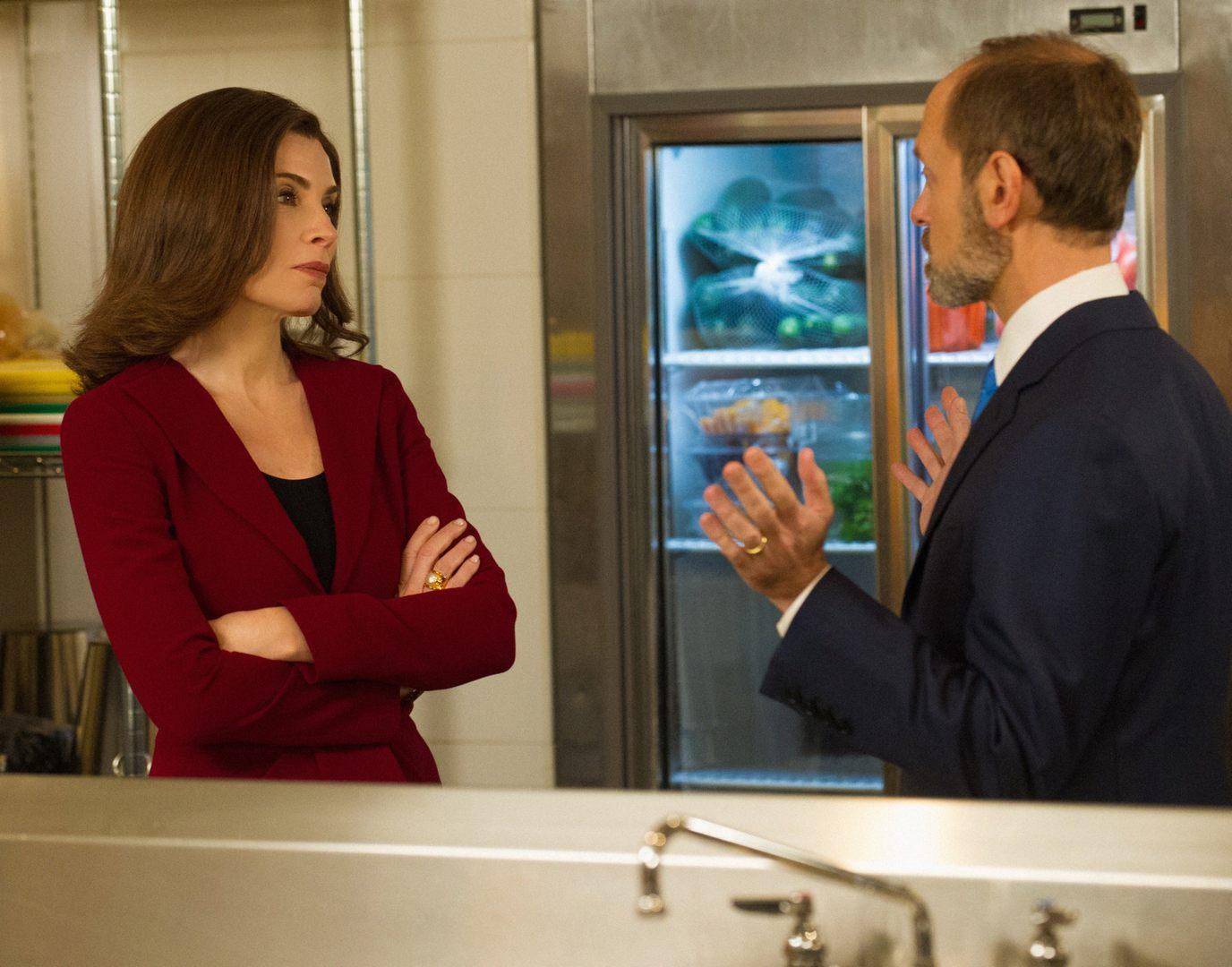The Good Wife: Julianna Margulies e David Hyde Pierce in una scena dell'episodio The Debate