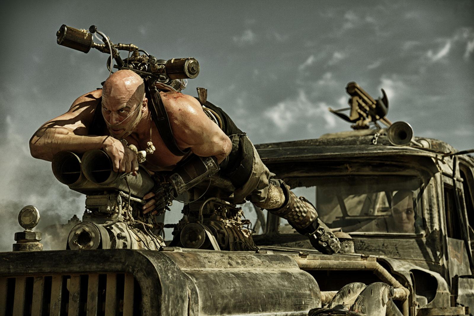 Mad Max: Fury Road, lo statuario Nathan Jones in una scena del film