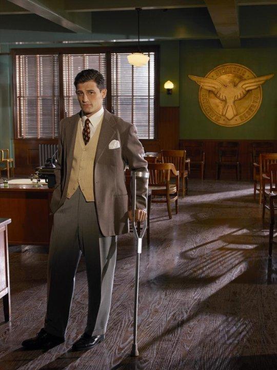 Agent Carter: Enver Gjokaj in una foto promozionale della serie ABC