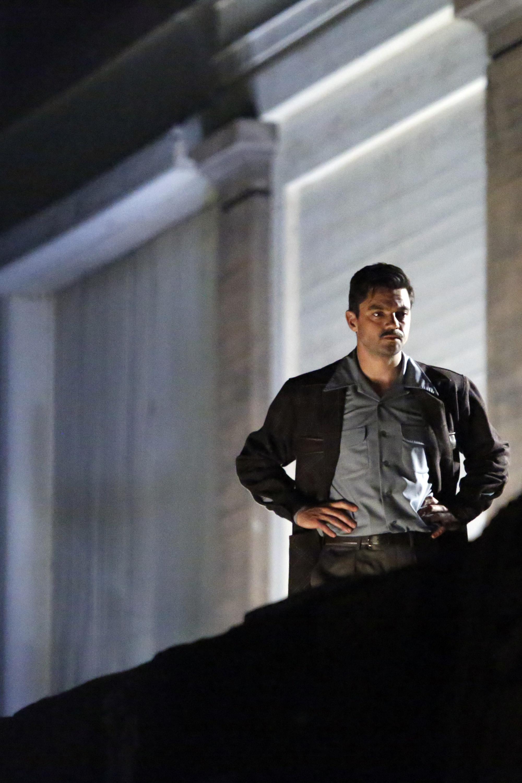 Agent Carter: l'attore Dominic Cooper interpreta Howard Stark in una scena della première