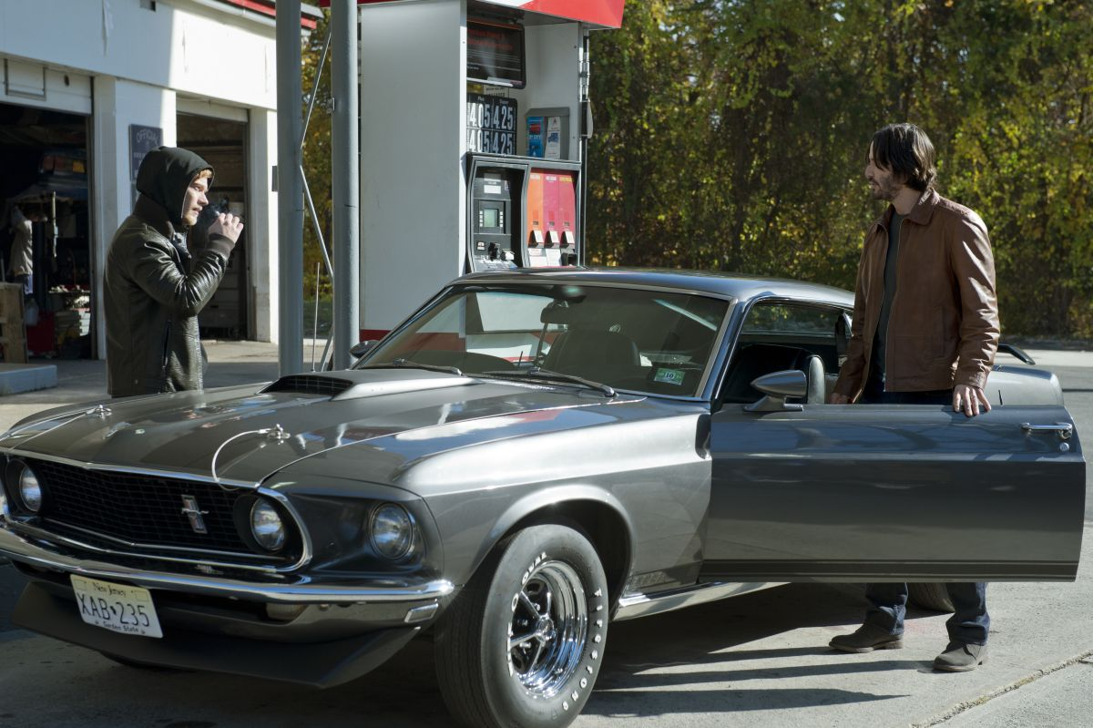 John Wick: Keanu Reeves con Alfie Allen in una scena