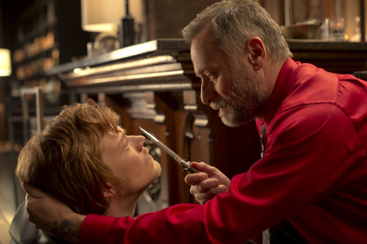John Wick: Alfie Allen e Michael Nyqvist in una scena del film