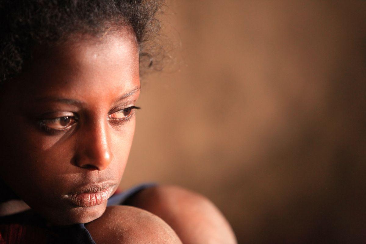Difret - Il coraggio per cambiare: lo sguardo triste di Tizita Hagere in una scena del film