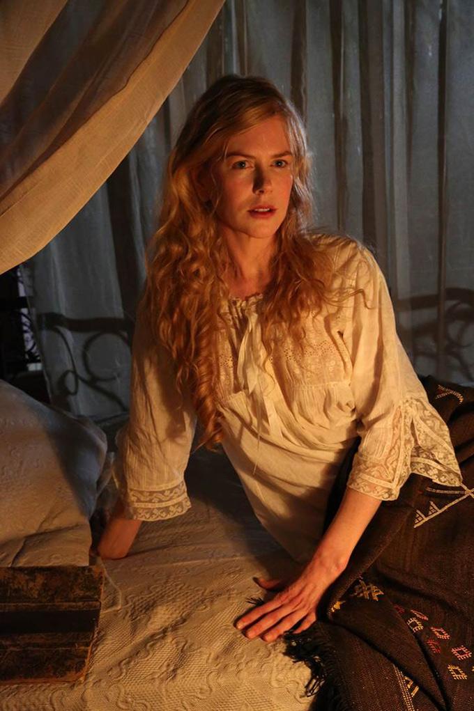 Queen of the Desert: Nicole Kidman seduta su un letto