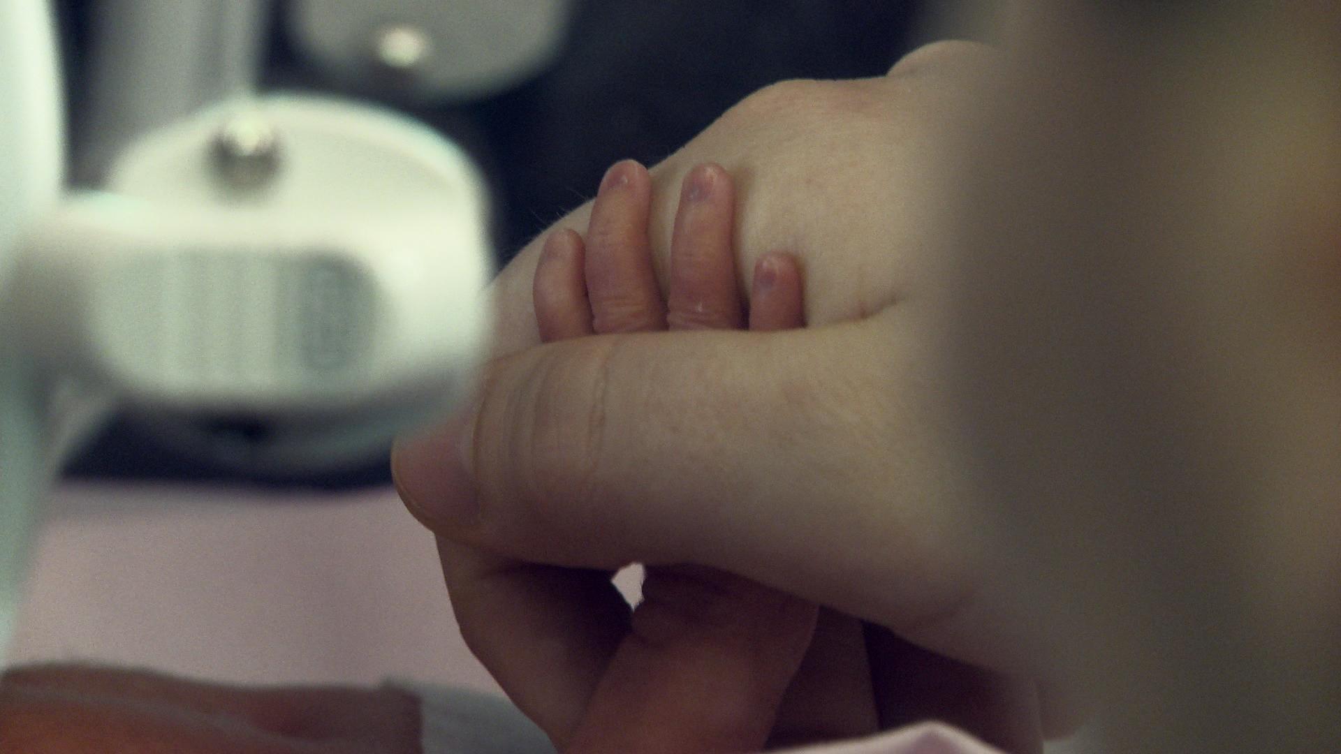 Piccoli così: una scena tratta dal documentario sui neonati prematuri