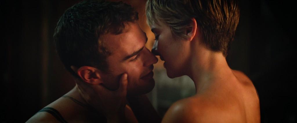 Shailene Woodley e Theo James in una romantica immagine di The Divergent Series: Insurgent