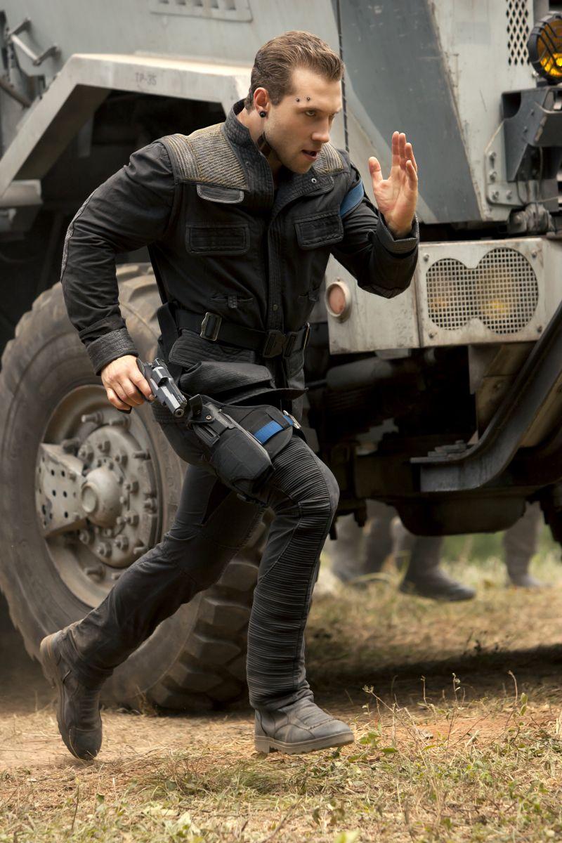 The Divergent Series: Insurgent - Jai Courtney corre senza sosta in una scena del film