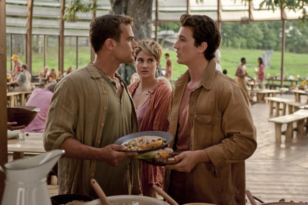 The Divergent Series: Insurgent - Shailene Woodley insieme a Theo James e Miles Teller in una scena del film