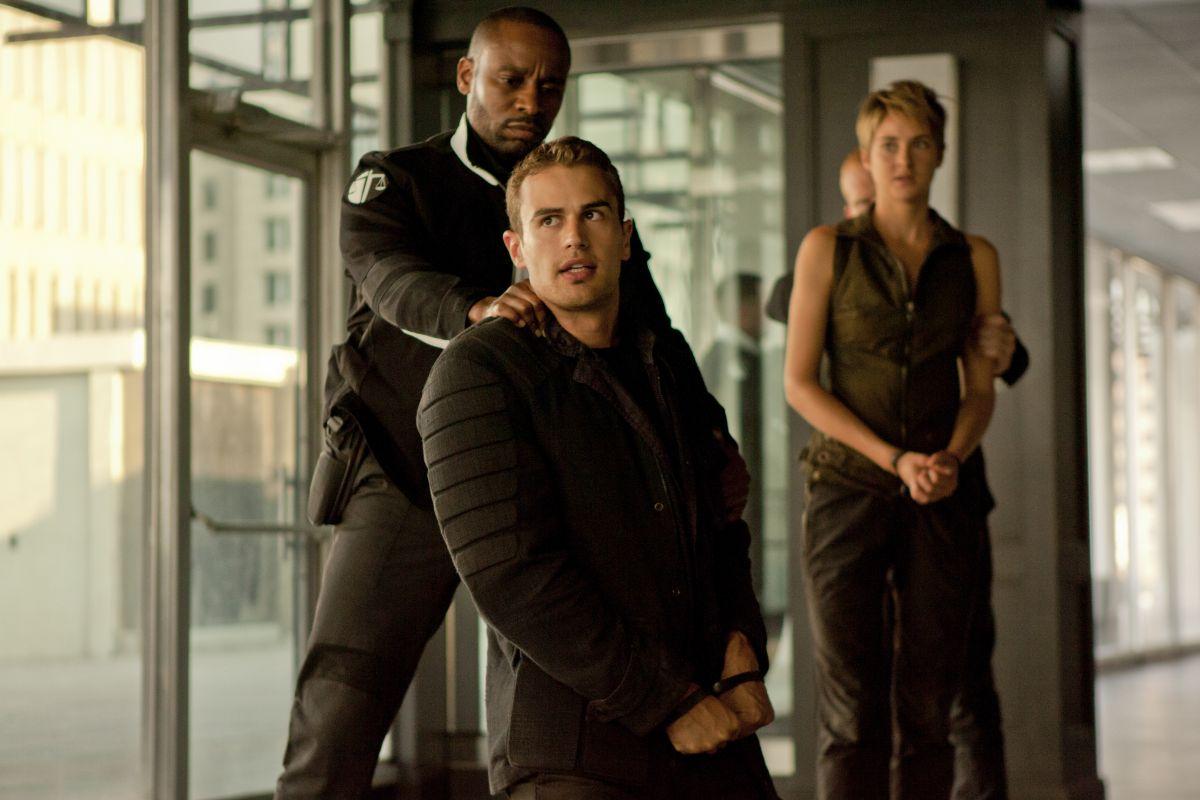 The Divergent Series: Insurgent - Shailene Woodley con Theo James e Mekhi Phifer in una scena del film