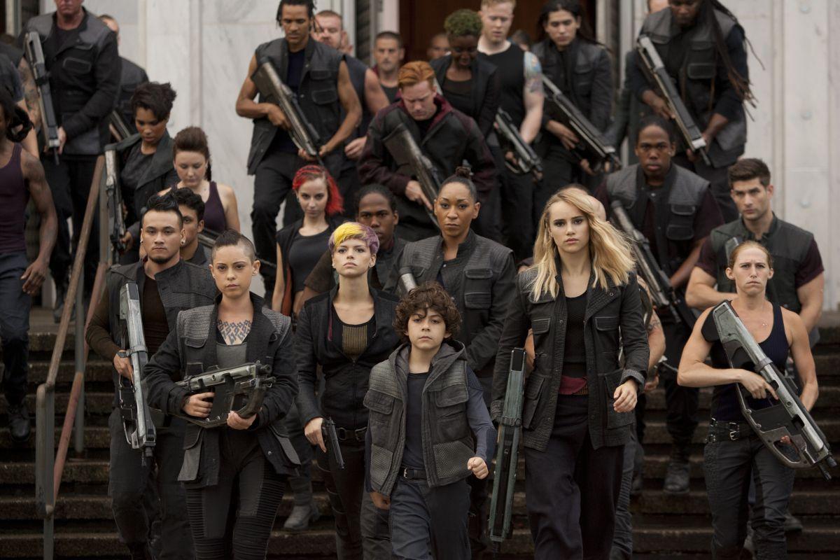 The Divergent Series: Insurgent - Emjay Anthony con Rosa Salazar e Suki Waterhouse in una scena del film
