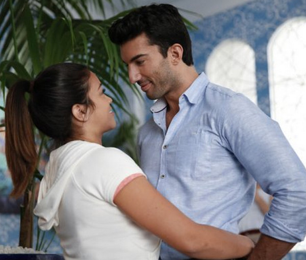 Jane the Virgin: Gina Rodriguez e Justin Baldoni in una scena di Chapter Ten