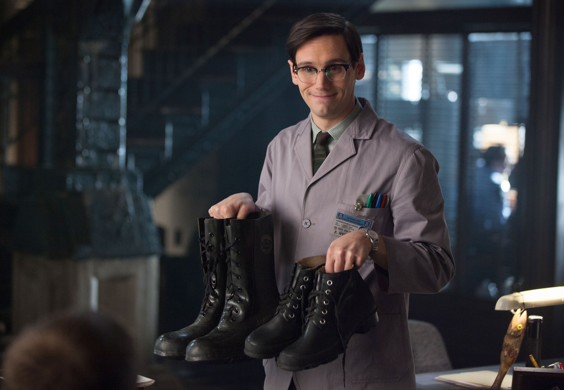 Gotham: l'attore Cory Michael Smith in una scena dell'episodio What the Little Bird Told Him