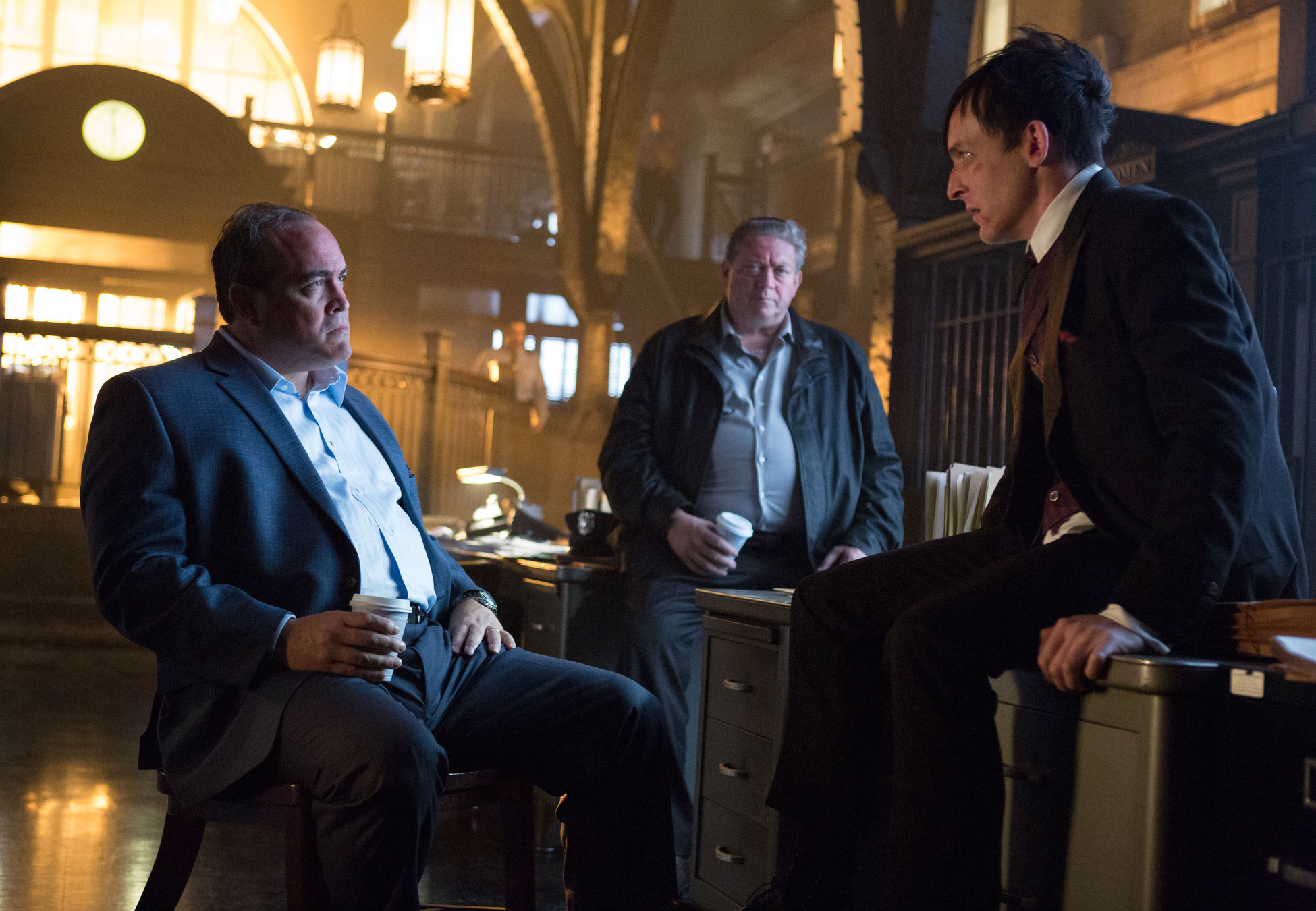 Gotham: David Zayas e Robin Lord Taylor in What the Little Bird Told Him