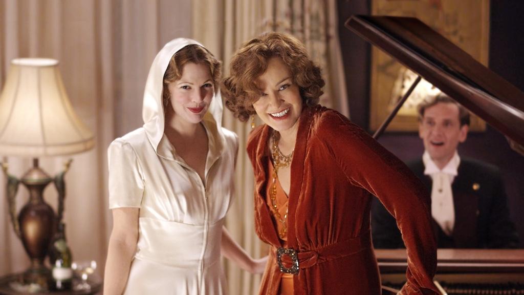 Grey Gardens: una scena con le splendide Drew Barrymore e Jessica Lange