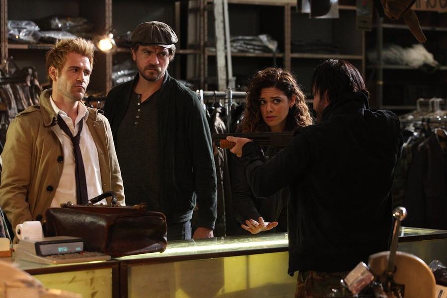 Constantine: Matt Ryan, Charles Halford e Angélica Celaya in una scena dell'episodio Quid pro Quo
