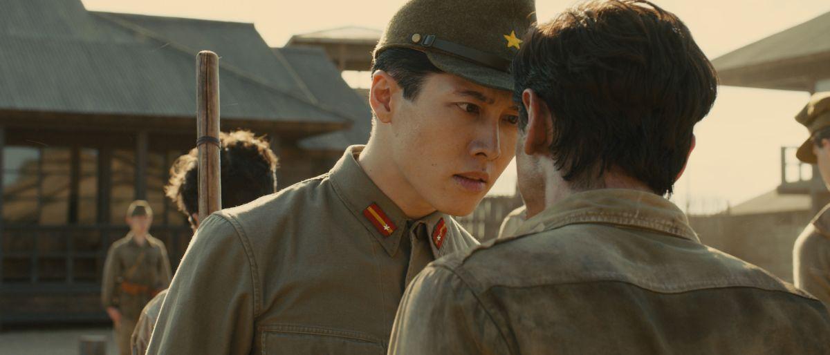 Unbroken: Jack O'Connell (di spalle) con Takamasa Ishihara in una scena