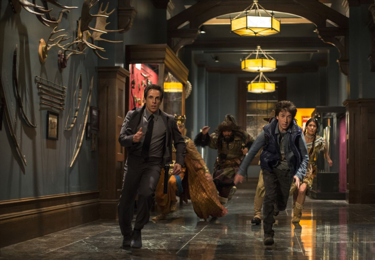 Notte al museo - Il segreto del faraone: Ben Stiller con Skyler Gisondo, Patrick Gallagher e Mizuo Peck in una concitata scena del film
