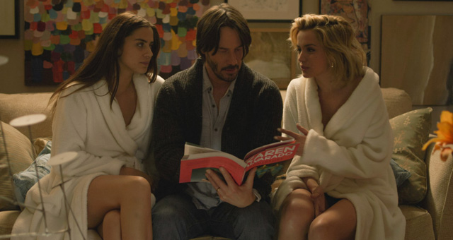 Knock Knock: Keanu Reeves sul divano insieme a Lorenza Izzo e Ana de Armas