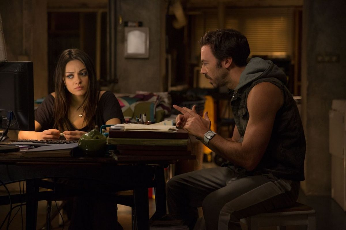 Jupiter - Il Destino dell'Universo: Mila Kunis con James D'Arcy in una scena del film