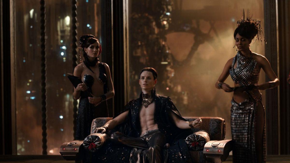 Jupiter - Il Destino dell'Universo: Eddie Redmayne con Hazel D'Jan in una scena