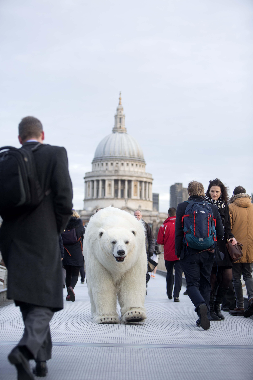 Fortitude - l'orso meccanico promuove la serie a Londra