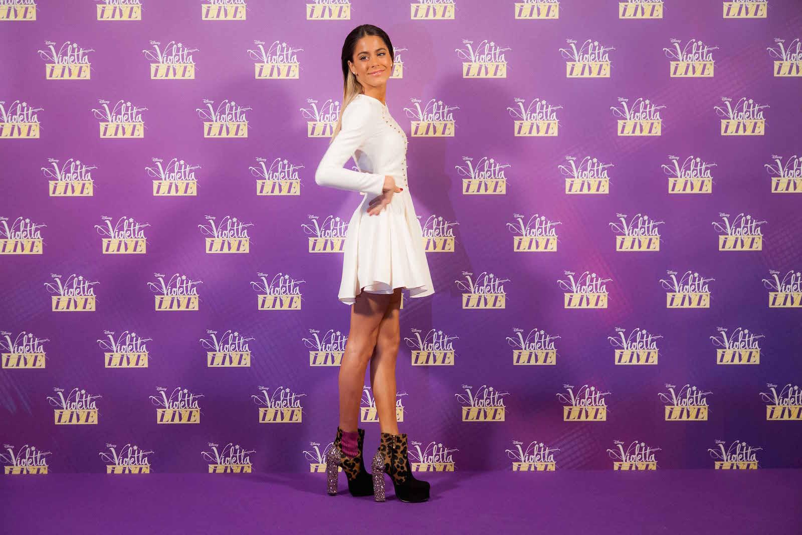 Violetta: Martina Stoessel in posa al photocall milanese