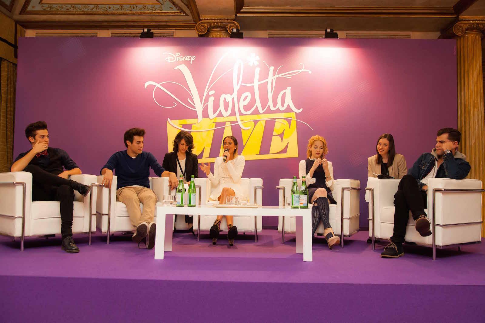 Martina Stoessel (Violetta), Ruggero Pasquarelli, Mercedes Lambre, Diego Dominguez e Jorge Blanco in conferenza stampa a Milano