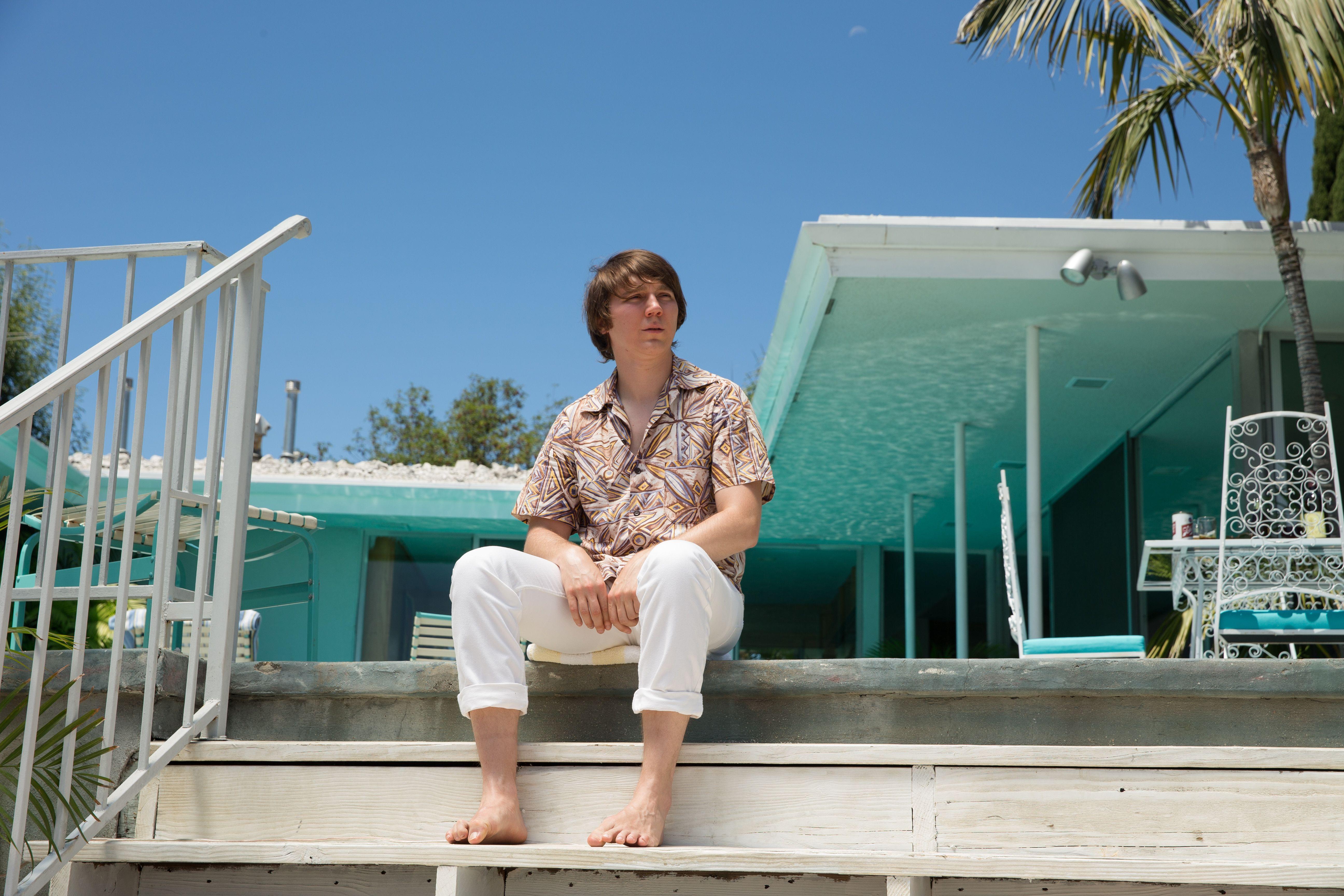 Love & Mercy: Paul Dano seduto al sole