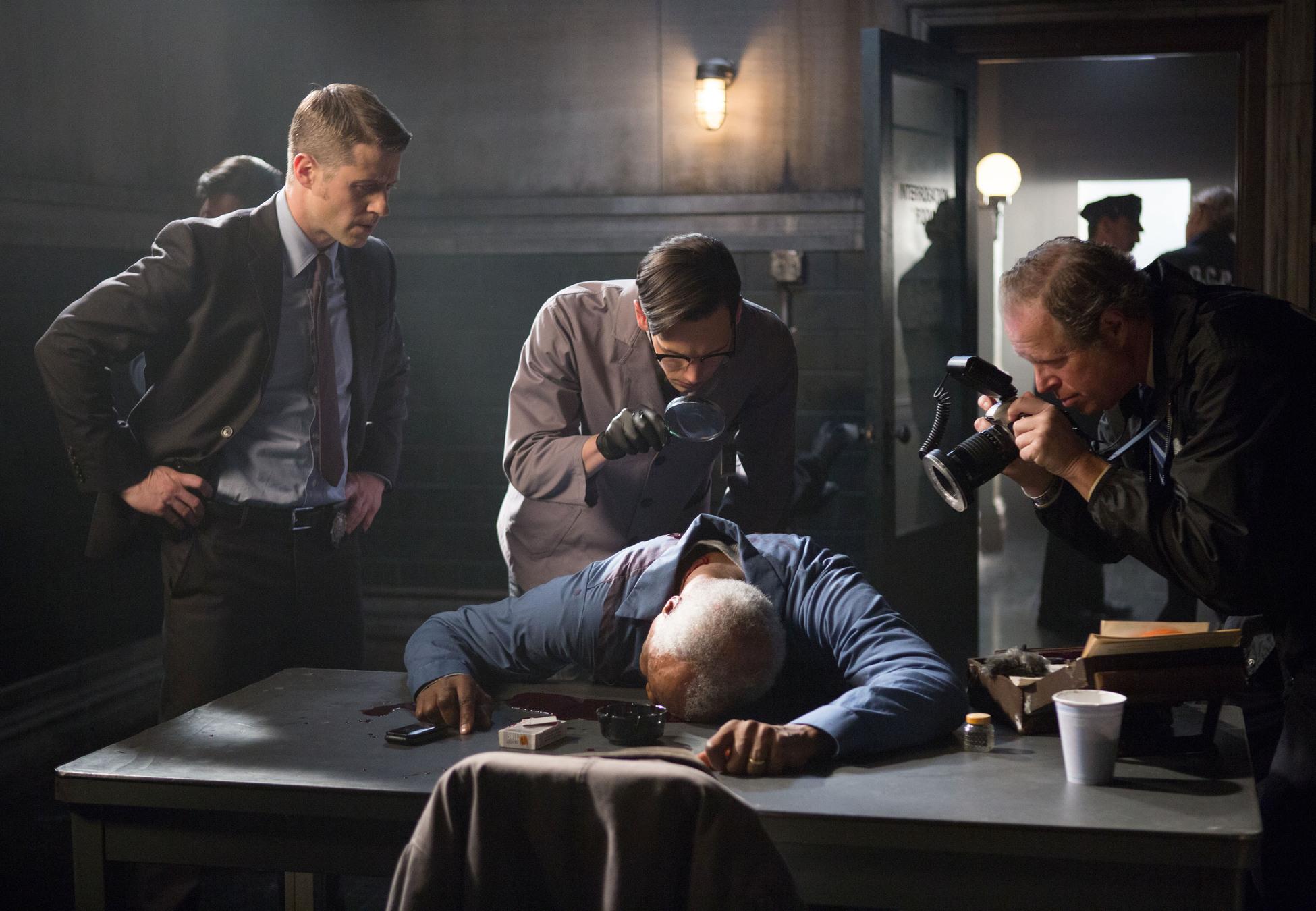 Gotham: Ben McKenzie e Cory Michael Smith nell'episodio Welcome Back, Jim Gordon
