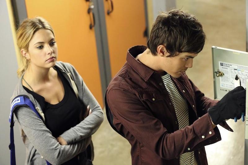 Pretty Little Liars: Ashley Benson e Tyler Blackburn in una scena dell'episodio The Bin of Sin