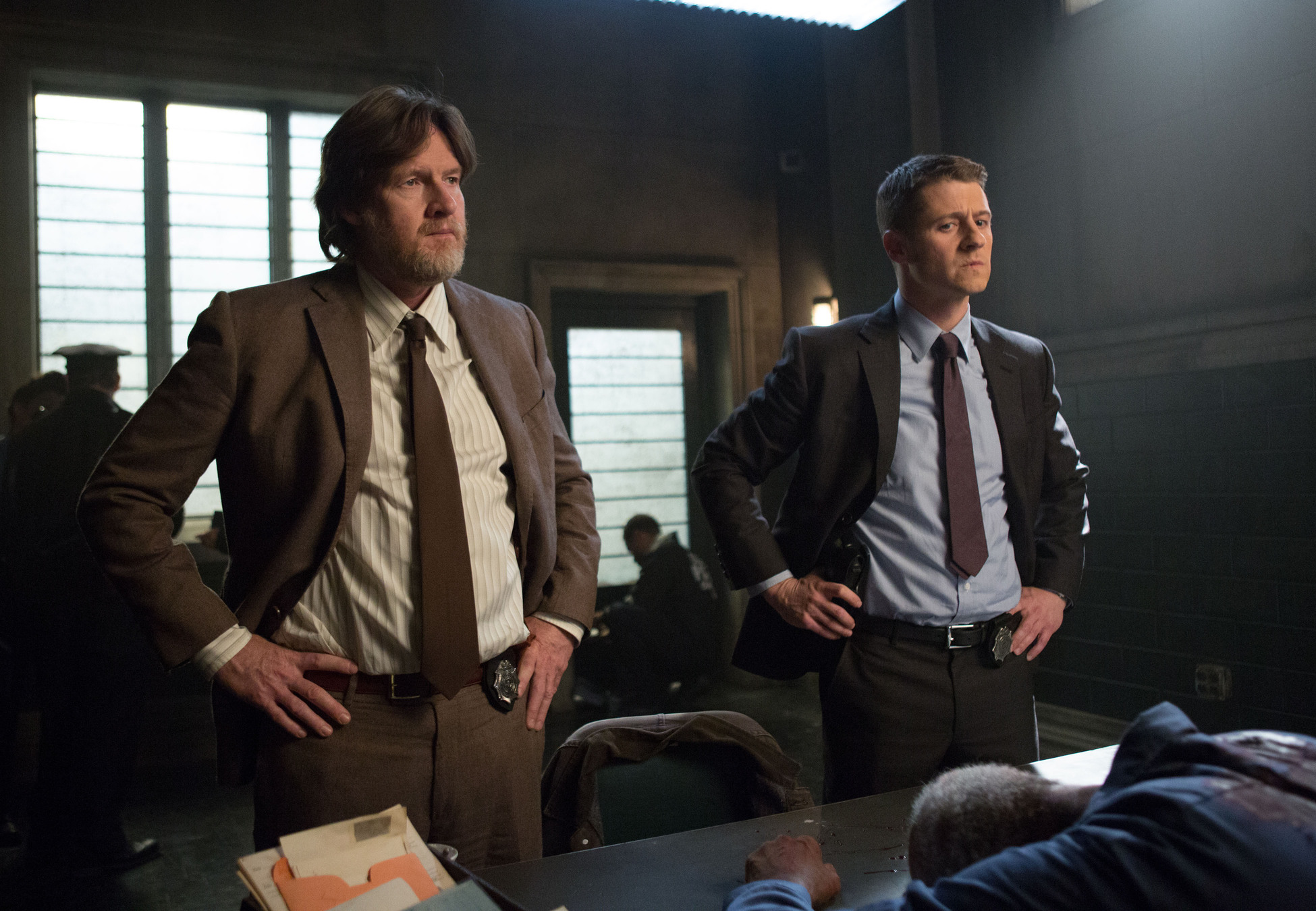 Gotham: gli attori Donal Logue e Ben McKenzie in un'immagine della puntata Welcome Back, Jim Gordon