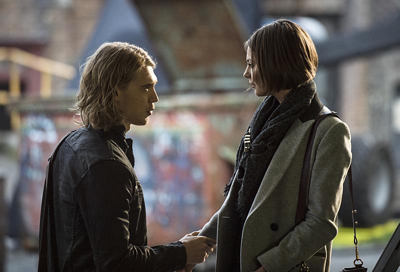 Arrow: Austin Butler insieme a Willa Holland in una scena dell'episodio Midnight City