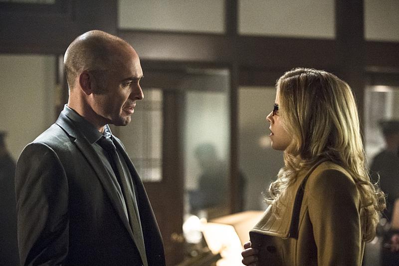 Arrow: Paul Blackthorne ed Emily Bett Rickards in una scena di Midnight City